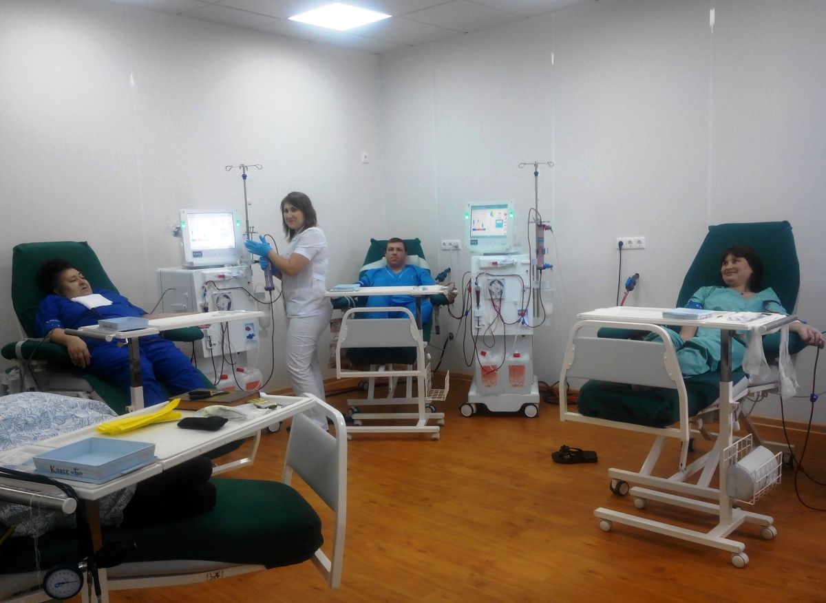 на фото: Медицинская сестра Оксана Сергеевна Ештокина со своими пациентами